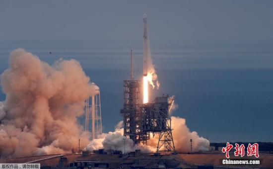 """在经历去年9月的爆炸事故后,美国太空探索技术公司2月19日重启""""太空物流"""",从人类首次登月发射台成功发射""""猎鹰9""""火箭,将""""龙""""货运飞船送往国际空间站,并又一次实现""""猎鹰9""""火箭第一级陆地回收。"""