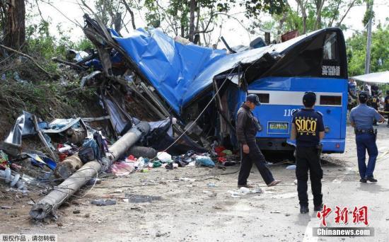 当地时间2月20日,一辆载有约50名学生的游览车,在菲律宾马尼拉以东郊区失控高速撞上电线杆,车体严重毁坏变形。截至当地时间中午,已确认14名学生不幸丧生,另有超过20名学生受伤。