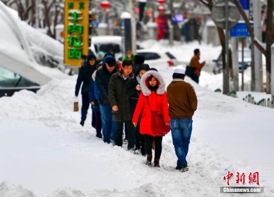 2月20日,经过一场暴雪,新疆乌鲁木齐市主城区被厚厚的积雪覆盖,造成市民出行困难。乌鲁木齐气象台2月19日20时33分发布暴雪蓝色预警。 中新社记者 刘新 摄