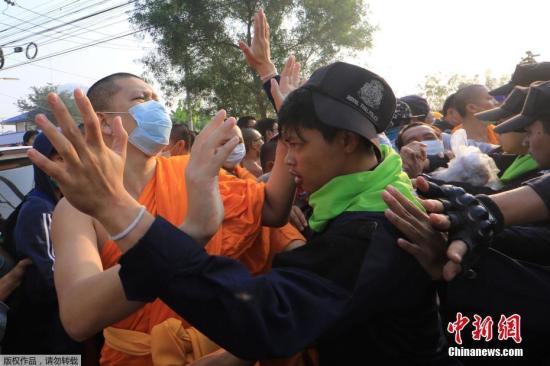 泰国警察要求法身寺僧人暂时离开寺庙,以搜查曾为寺庙主持的逃犯,该庙僧人拒绝离开并与警察发生冲突。