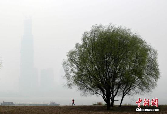 资料图:空气污染下江边建筑若隐若现。记者 张畅 摄