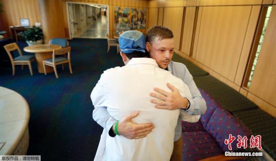 """日前,一个由60人组成的医疗团队为桑德斯做了一场长达56小时的手术,成功为他移植新脸。医生们表示,手术能够成功,实在是一个""""奇迹""""。"""