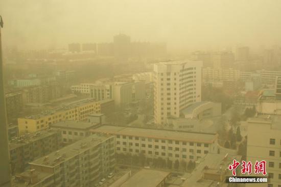 2月20日,在甘肃省张掖市,一场大风扬沙天气滚滚袭来。当日,甘肃省河西走廊地区遭遇入春以来第一次大风扬沙天气,大风扬起的沙尘弥漫在空中,给当地居民的生产生活带来一定影响。王将 摄