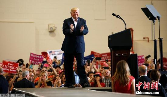 资料图:当地时间2017年2月18日,美国佛罗里达州墨尔本,美国总统特朗普在奥兰多-墨尔本国际机场举行演讲。