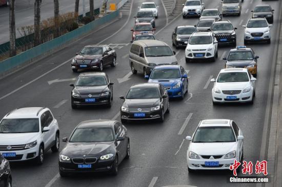 2月20日,北京市中小学正式开学,市区早晚高峰时段交通压力明显增加,其中早高峰时段提前到7点,且持续时间延长。记者获悉,为应对早晚高峰重归常态,公交、地铁等部门采取增发车次、加开临客等措施,满足市民出行需求。记者 金硕 摄