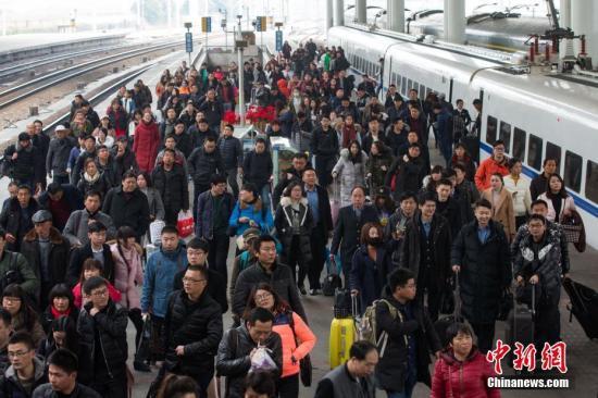 2月21日,南京火车站站台上的乘客们。当日,为期四十天的2017年春运落幕。<a target='_blank' href='http://www.chinanews.com/'>中新社</a>记者 泱波 摄