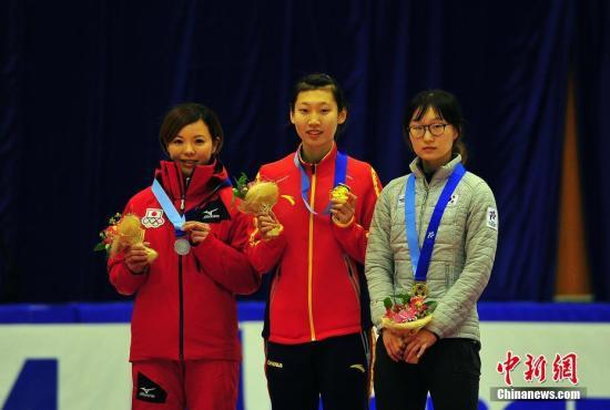 当地时间2月21日,札幌亚冬会短道速滑女子500米决赛,中国选手臧一泽获得冠军。图为臧一泽(中)在领奖台上。<a target='_blank' href='http://www.chinanews.com/'>中新社</a>记者 王健 摄
