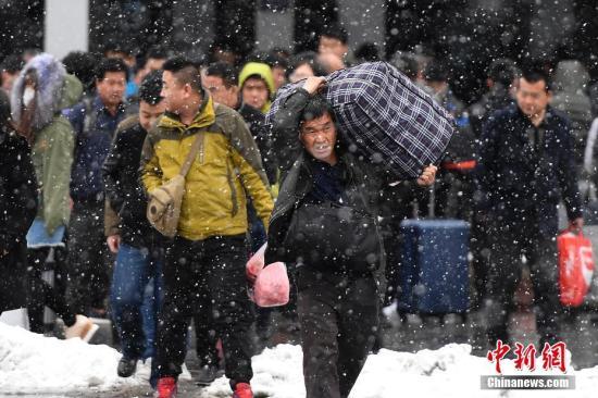 2月21日山西太原火车站外的旅客。当日为期四十天的2017年春运落幕。<a target='_blank' href='http://www.chinanews.com/'>中新社</a>记者 韦亮 摄