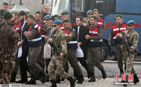 据报道,土耳其目前已在政变相关调查中拘捕了4万多名嫌疑人,并在肃清行动中将另外大约10万人开除公职。这些人大多来自军警、司法、情报、政府部门和学校。