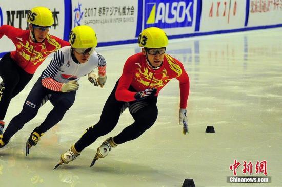 图为武大靖(右)在决赛中。中新社记者 王健 摄