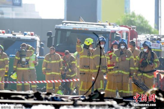 至少13辆消防车已抵达事故现场。