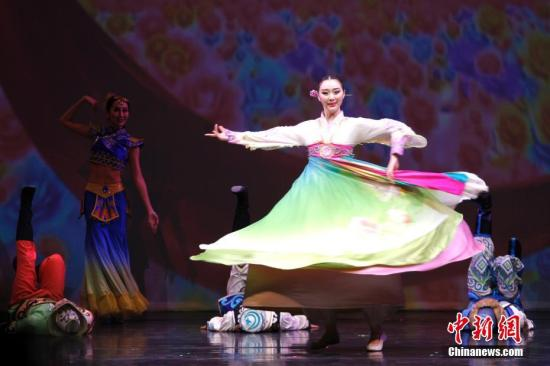 """当地时间2月20日晚,国务院侨务办公室组派的2017""""文化中国・四海同春""""北美代表团在加拿大经济重镇卡尔加里上演大型歌舞剧《传奇》。这也是该艺术团在美国、加拿大七城慰侨巡演的最后一场演出。图为开场舞蹈《快乐舞步》。<a target='_blank' href='http://www.chinanews.com/'>中新社</a>记者 余瑞冬 摄"""
