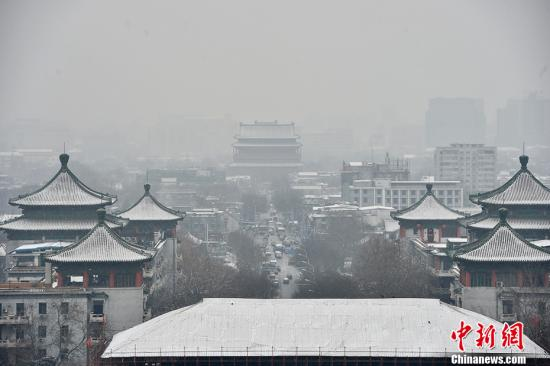 图为雪中的钟鼓楼。记者 金硕 摄