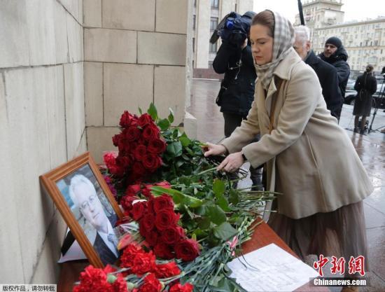 当地时间2月20日,俄罗斯莫斯科民众献花悼念俄罗斯驻联合国大使丘尔金。