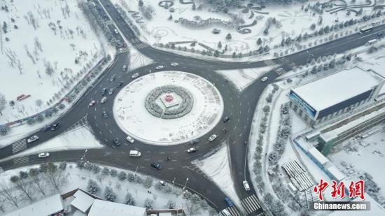 2月21日,呼和浩特降下大雪,交通受阻,市内快速路全线封闭,当地气象部门发布暴雪黄色预警与道路结冰黄色预警信号。徐小钢 摄