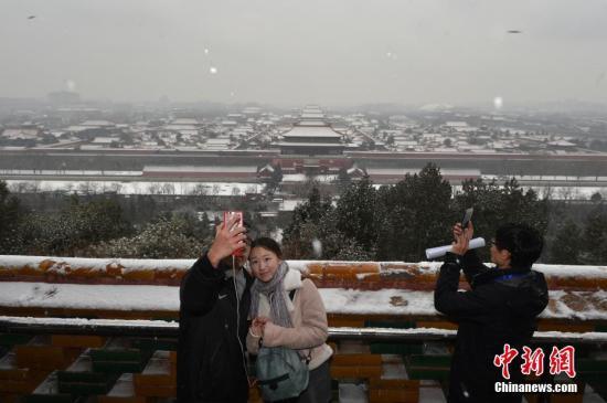 图为一对情侣景山上玩自拍。中新网记者 金硕 摄