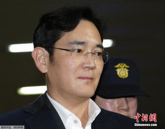 当地时间2月22日,韩国三星电子副会长李在镕(中)被押往位于首尔的特检组办公室接受问讯。