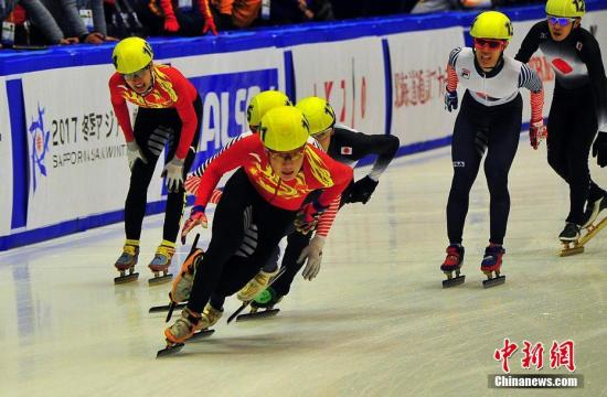 图为队员们在决赛的接力区与对手激烈拼争。<a target='_blank' href='http://www.chinanews.com/'>中新社</a>记者 王健 摄