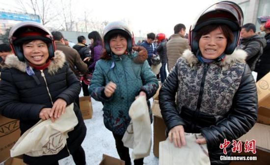 """""""送一万个头盔,就是送了一万份安全。""""2月22日,河南许昌市公安局交警支队联合市文明办、安监、住建等部门携手爱心企业,带着筹集的一万个爱心头盔,走进当地建筑工地为农民工现场发放。据悉,2017年河南要在全省开展""""摩托车戴头盔专项服务管理行动"""",年内力争头盔佩戴率达到70%。河南交警部门当日也向社会发出倡议:所有交通参与者共同努力,""""戴上头盔,带上安全,平安出行,平安回家!"""" 刘强 摄"""