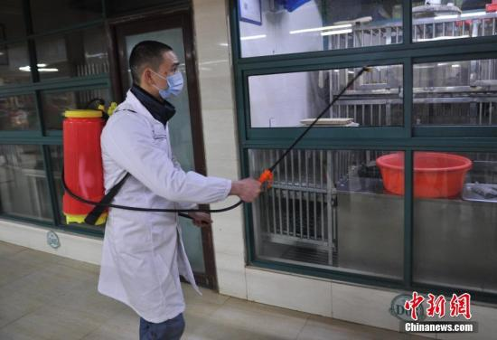 2月22日,江西省会南昌对全市所有活禽经营市场实行暂时休市,工作人员对市场内的所有摊位、笼舍进行清洁、消毒工作。去年入冬以来,由于受气候异常等多种因素影响,江西省H7N9疫情呈高发散发态势,波及8个设区市27个县区。连日来,江西省多地严格防控H7N9流感疫情,暂时关闭活禽交易市场。 记者 刘占昆 摄