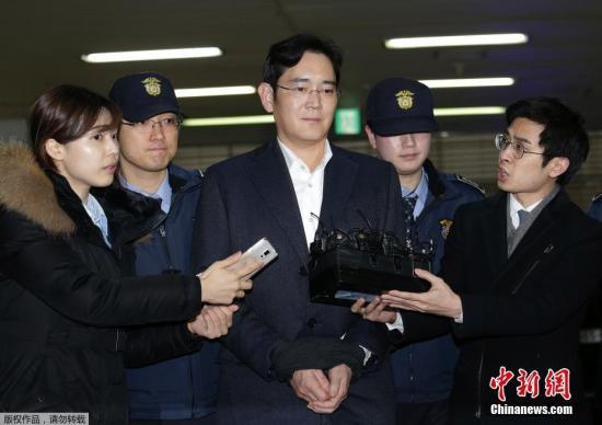 当地时间2月22日,韩国三星电子副会长李在镕(中)被押往位于首尔的特检组办公室接受问讯。三星电子副会长李在镕因涉嫌行贿、挪用公款等多项罪名于17日被捕,连日来多次接受问讯。