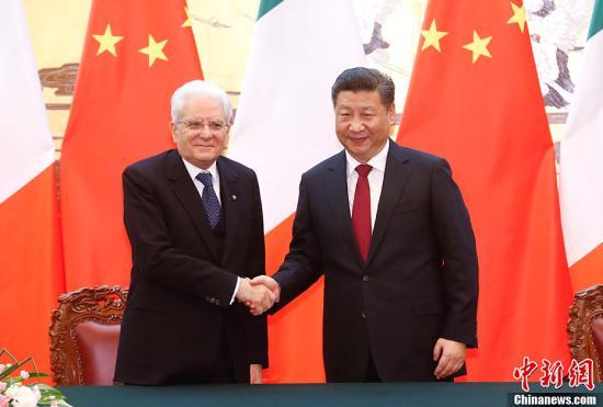 2月22日,中国国家主席习近平在人民大会堂同意大利总统马塔雷拉举行会谈。会谈后,两国元首共同见证了文化、科技、教育、卫生、经贸、创新等领域双边合作文件的签署。<a target='_blank' href='http://www.chinanews.com/'>中新社</a>记者 杜洋 摄