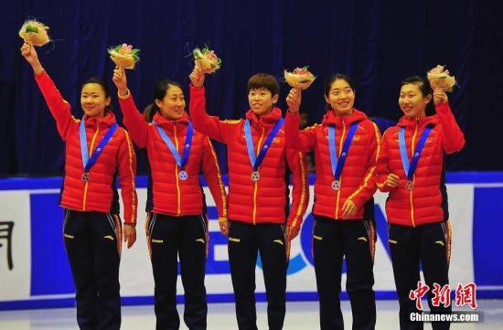 中国冬季运动王牌之师短道速滑队,2月22日在札幌亚冬会短道项目最后一天的赛事中力拼团体接力项目,除男队夺冠外,还获得女子3000米接力银牌。图为中国女队参赛选手在赛后的领奖台上。<a target='_blank' href='http://www.chinanews.com/'>中新社</a>记者 王健 摄