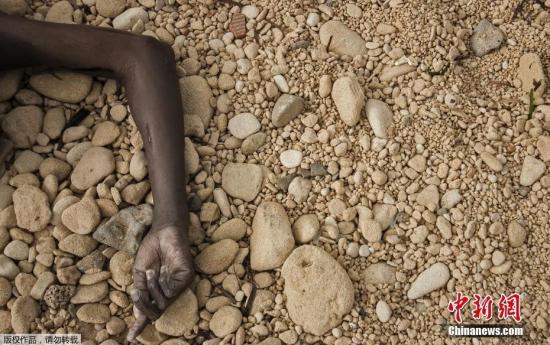 资料图:早些时候,74名移民遗体被冲上利比亚海岸。据悉,死者主要来自撒哈拉以南的非洲国家,死者多为妇女。