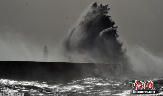 当地时间2月23日,风暴Doris登陆英国,南部沿海地区遭遇巨浪袭击,众多航班被延时或取消,民众出行受阻。