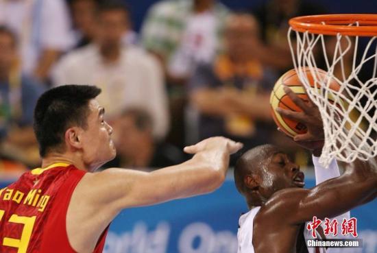 """中国男篮曾三次在奥运赛场上杀入八强,但最近一次还是在2008年,还是在""""姚时代""""。(资料图:图为姚明盖帽。中新社记者 武仲林 摄)"""