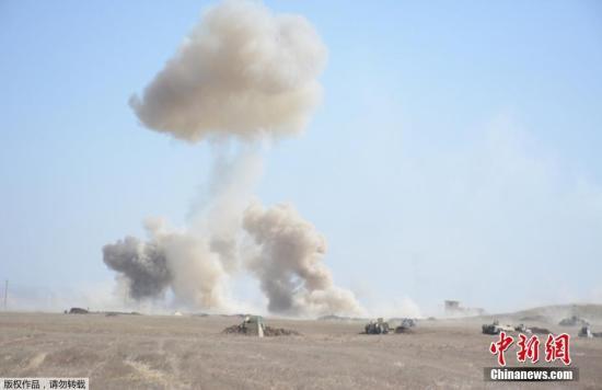 """2月22日,在伊拉克摩苏尔西部,伊拉克""""人民动员军""""成员向""""伊斯兰国""""武装分子发射炮弹。伊拉克联合行动指挥部21日发表声明说,反恐部队和联邦警察部队等从摩苏尔南部和西南部地区向盘踞在那里的""""伊斯兰国""""等武装人员发动攻击,收复了城市外多个村庄,已抵达摩苏尔国际机场外围。当前,摩苏尔战役已经进入最后、最艰难阶段。"""