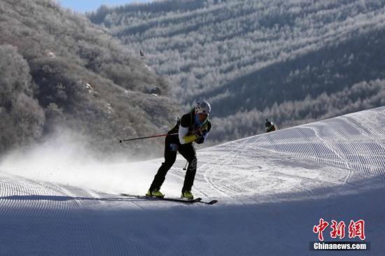 资料图:2017年2月23日,全国滑雪登山挑战赛男女个人越野赛在河北省张家口市崇礼县万龙滑雪场举行。中新社记者 任海霞 摄