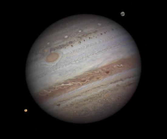 """""""朱诺""""号木星探测器于2011年升空,2016年7月5日成功进入木星轨道,成为人类太空探索的里程碑。它比之前人类所有的木星探测任务都要更接近木星的云层,捕获了迄今为止我们看过的最好的木星图像。图为""""朱诺""""号拍摄的木星与它的卫星们。 图片来源:NASA官网"""