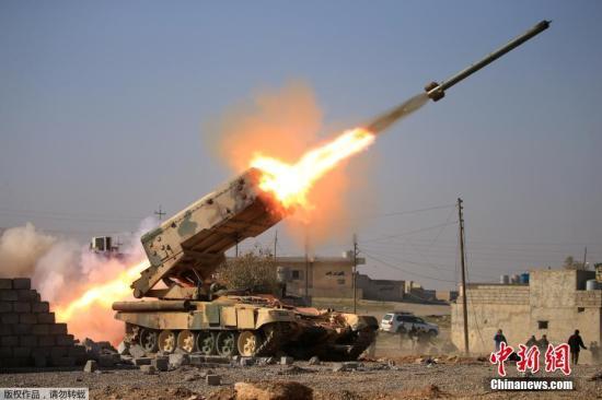 """资料图:伊拉克政府军向""""伊斯兰国""""武装人员发射火箭弹。"""