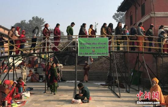 """2月24日,印度教湿婆节。尼泊尔帕斯帕提那神庙(俗称""""烧尸庙"""")作为湿婆神的主神庙,预计将迎130万来自印度、尼泊尔等国家的印度教信众。图为等待进庙祈福的印度教信众。<a target='_blank' href='http://www.chinanews.com/'>中新社</a>记者 张晨翼 摄"""