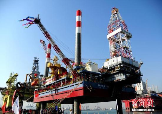 """2月24日,中国建造的首座海上移动式试采平台""""海洋石油162""""在烟台芝罘湾海域交付,该平台是目前世界上功能最完善的海上移动式试采装备。平台型长62米,型宽37米,作业水深40米,井口作业设备最大提升能力158吨,入级中国船级社。 中新社记者 王娇妮 摄"""