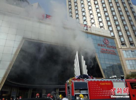 """2月25日,江西南昌市红谷滩新区一家名为""""海航白金汇酒店""""的星级酒店发生火灾。刘占昆 摄"""