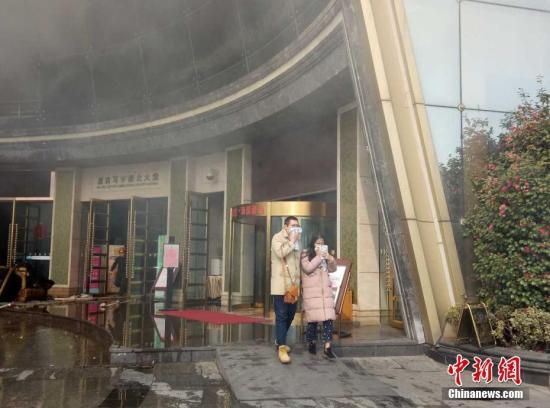 从酒店疏散出的市民。刘占昆 摄