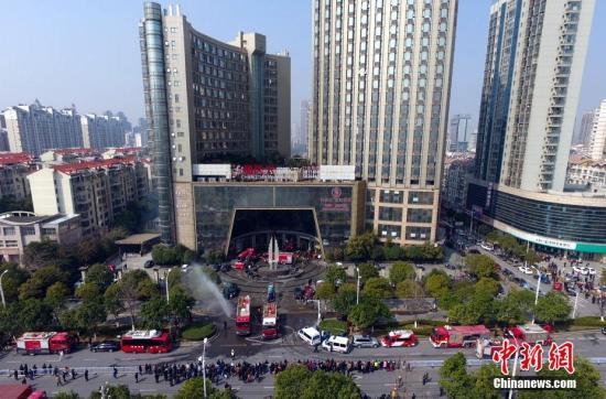 航拍江西南昌酒店起火救援现场。刘占昆 摄