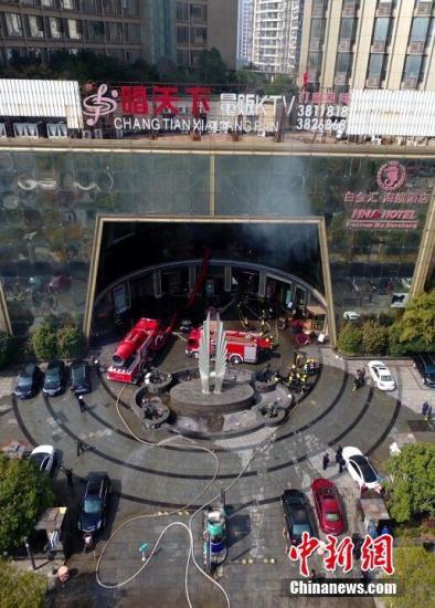 明火已经扑灭,疏散楼上住户260余人。 刘占昆 摄