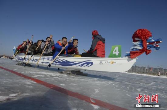 资料图 冰上龙舟赛。中新社记者 刘文华 摄