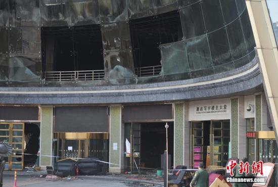 2月25日8时许,江西省南昌市红谷滩新区白金汇海航酒店二楼唱天下KTV发生火灾。截至目前,火灾事故共造成10人遇难。仍有9名伤者在医院接受救治,其中3人病情危重。<a target='_blank' href='http://www.chinanews.com/'>中新社</a>记者 刘占昆 摄