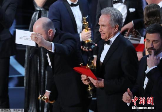 在揭晓奥斯卡最佳影片奖时,现场出现乌龙。由于颁奖嘉宾一时口误,错把《月光男孩》念成《爱乐之城》,最终《月光男孩》将最佳影片收入囊中。