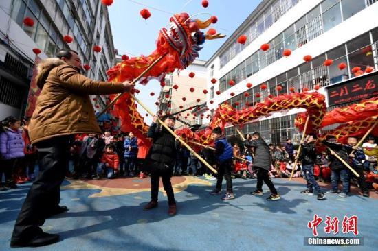 """2月27日,农历二月初二。为让孩子们学习了解传统民俗文化,江西省分宜县星海幼儿园举行""""二月二,龙抬头""""传统剪发、舞龙、开笔礼活动,让孩子们在亲身感受传统民俗文化魅力的同时,激发他们对传统文化的热爱。周亮 摄"""