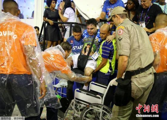 当地时间2017年2月26日,巴西里约,里约狂欢节游行上,花车发生事故,据警方称目前已造成数人受伤。