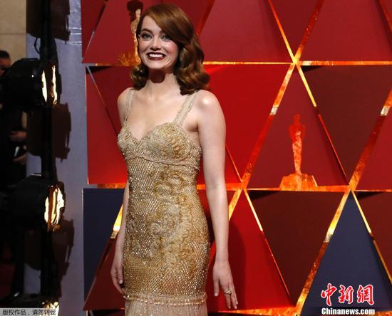 """艾玛・斯通""""石头姐""""抵达红毯现场,她是本届奥斯卡女主的有力竞争者。"""