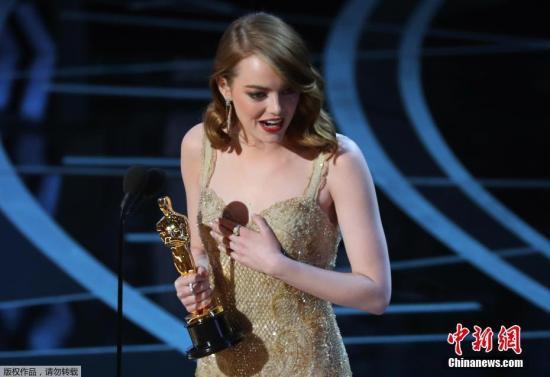 艾玛・斯通凭借在《爱乐之城》中的精彩演出获得奥斯卡最佳女主角。