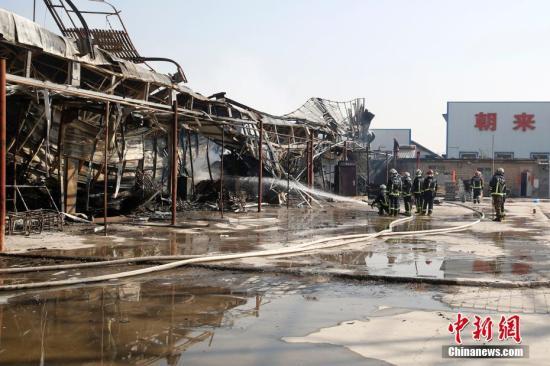 2月27日,北京市朝阳区来广营一旧货市场发生火灾,消防部门出动几十部消防车前往处置。中新社记者 韩海丹 摄
