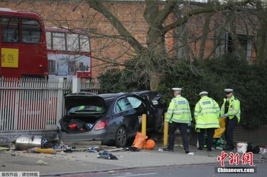 2月26日,在英国伦敦,警察在事故现场调查。英国伦敦26日发生一起车辆冲撞行人事件,造成5人受伤。警方称这起事件并非恐怖袭击,驾车者疑为酒驾。司机因涉嫌驾驶危险而被捕。