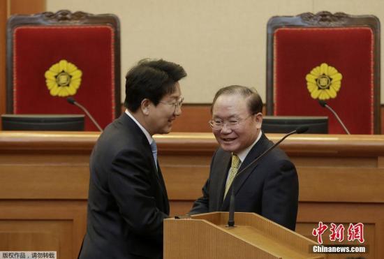 当地时间2月27日,韩国首尔,韩国宪法法院召开朴槿惠弹劾案的最后一次法庭辩论。提起弹劾案的韩国国会以及被弹劾的韩国总统朴槿惠一方的代理律师团,在法庭内展开弹劾结果公布前的最后一次交锋。